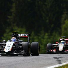 Sergio Pérez rueda por delante del E23 de Grosjean