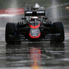 Stoffel Vandoorne pilotando bajo la lluvia