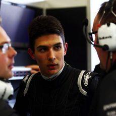 Esteban Ocon hablando con sus ingenieros
