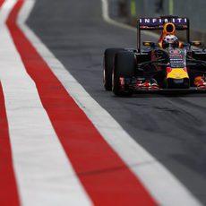 Daniel Ricciardo rueda por el 'pit-lane'