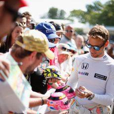 Jenson Button firma autógrafos