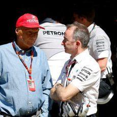 Niki Lauda charla con Paddy Lowe