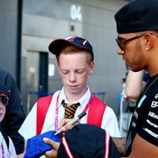 Lewis Hamilton firma autógrafos en Silverstone