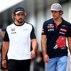Fernando Alonso charlando con Carlos Sainz en el paddock