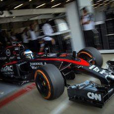 Fernando Alonso saliendo del garaje