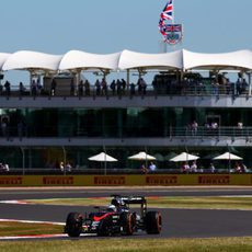 Fernando Alonso rueda con el MP4-30 en Silverstone