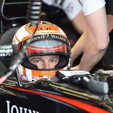 Jenson Button preparándose para salir a la pista