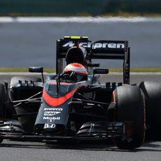 Jenson Button trazando una curva en Silverstone