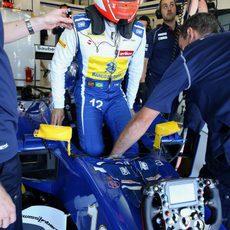 Felipe Nasr subiéndose a su coche