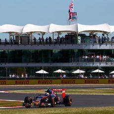 Carlos Sainz exprime su STR10 en el trazado de Silverstone