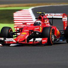 Kimi Räikkönen se acerca a los límites del trazado de Silverstone
