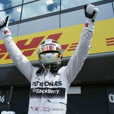 Hamilton exultante tras conseguir la pole número 46 de su carrera deportiva