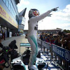 Lewis Hamilton victorioso sobre su W05 tras ser el más rápido en Silverstone