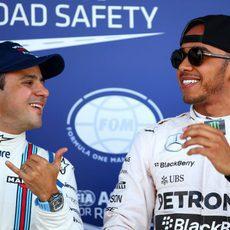 Hamilton y Massa bromeando tras la Clasificación