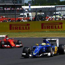 Marcus Ericsson luchando con el Ferrari de Kimi Raikkonen