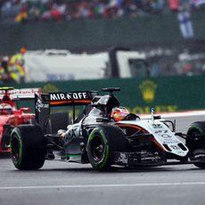 Nico Hulkenberg luchando con Kimi Raikkonen