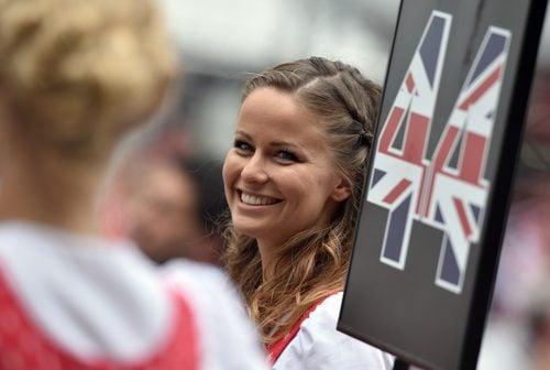 Sonriente 'pit babe' de Lewis Hamilton