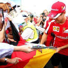 Sebastian Vettel firma la bandera a los aficionados