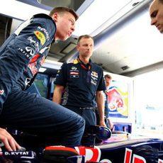 Daniil Kvyat prueba el asiento junto a sus ingenieros