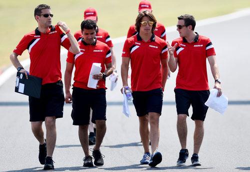 Roberto Merhi con su equipo reconociendo la pista