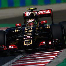 Pastor Maldonado apurando los límites de la pista