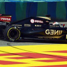 Romain Grosjean protagonizando una salida de pista