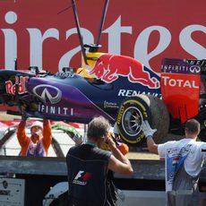 La grúa retira el Red Bull de Daniel Ricciardo