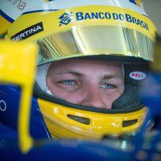 Marcus Ericsson subido a su coche, a punto de salir a la pista