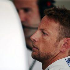 Jenson Button preparándose para la segunda sesión