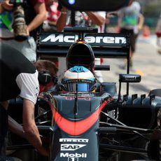 Fernando Alonso volviendo al garaje