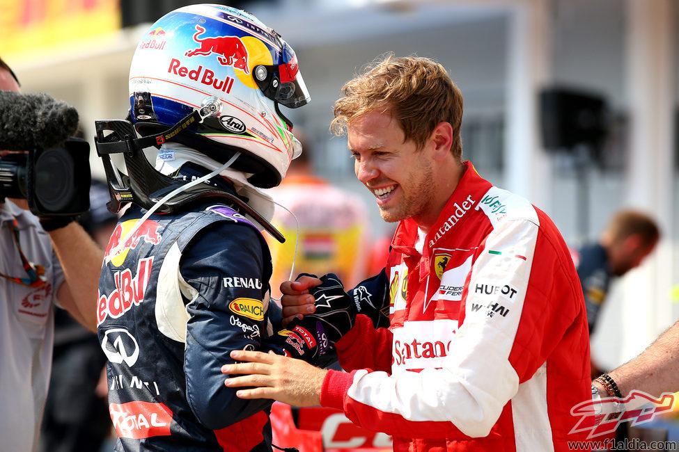 Sebastian Vettel y Daniel Ricciardo charlan tras la clasificaicón