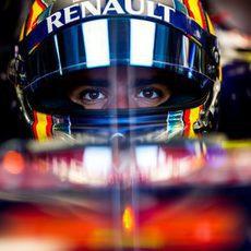 Carlos Sainz concentrado para salir a la pista