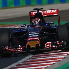 Max Verstappen subiéndose a los pianos del Hungaroring