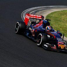 Max Verstappen escala muchas posiciones en carrera