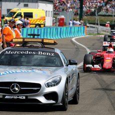 Sebastian Vettel lidera tras el coche de seguridad
