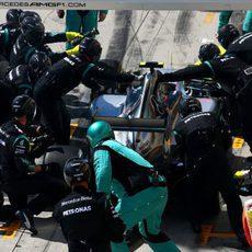 Nico Rosberg realizando su parada