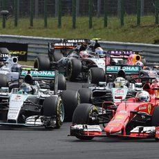 Nico Rosberg adelantando a Lewis Hamilton en la salida