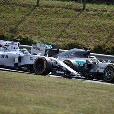 Lewis Hamilton adelantando a Felipe Massa