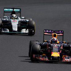 Lewis Hamilton atacando a Daniel Ricciardo