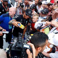 Lewis Hamilton rodeado de aficionados en Spa