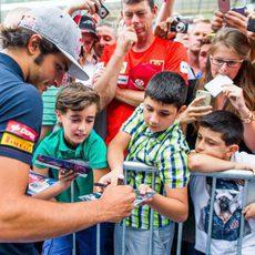 Carlos Sainz firma autógrafos en la pista de Spa