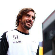 Un sonriente Fernando Alonso llega al cirtuito de Spa-Francorchamps