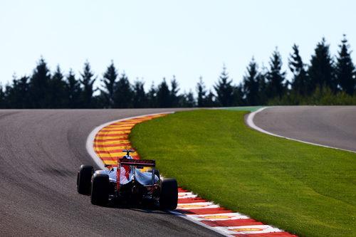 Max Verstappen se ajusta a los límites de la pista