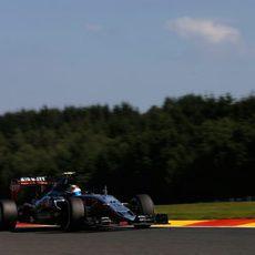 Sergio Pérez rueda con los neumáticos medios