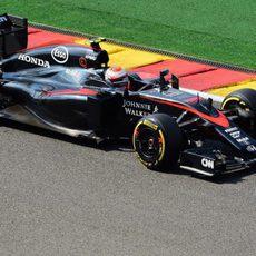 Jenson Button lidia con el MP4-30