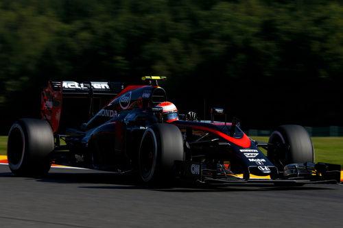 Jenson Button rueda con el neumático medio