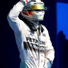 Lewis Hamilton saluda tras lograr la pole en Bélgica