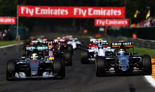Lewis Hamilton y Sergio Pérez luchando por posición
