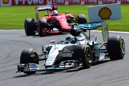 Nico Rosberg es perseguido por Sebastian Vettel