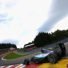 Nico Rosberg encarando la subida a Eau Rouge